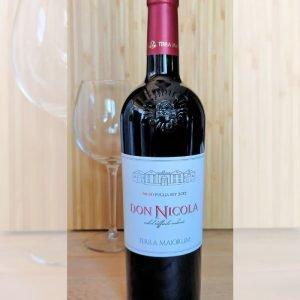 Vino nero pugliese estratto da uva Nero di Troia