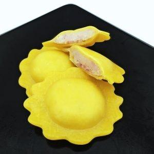 Pasta fresca a forma di margherita ripiena di stracciatella e speck